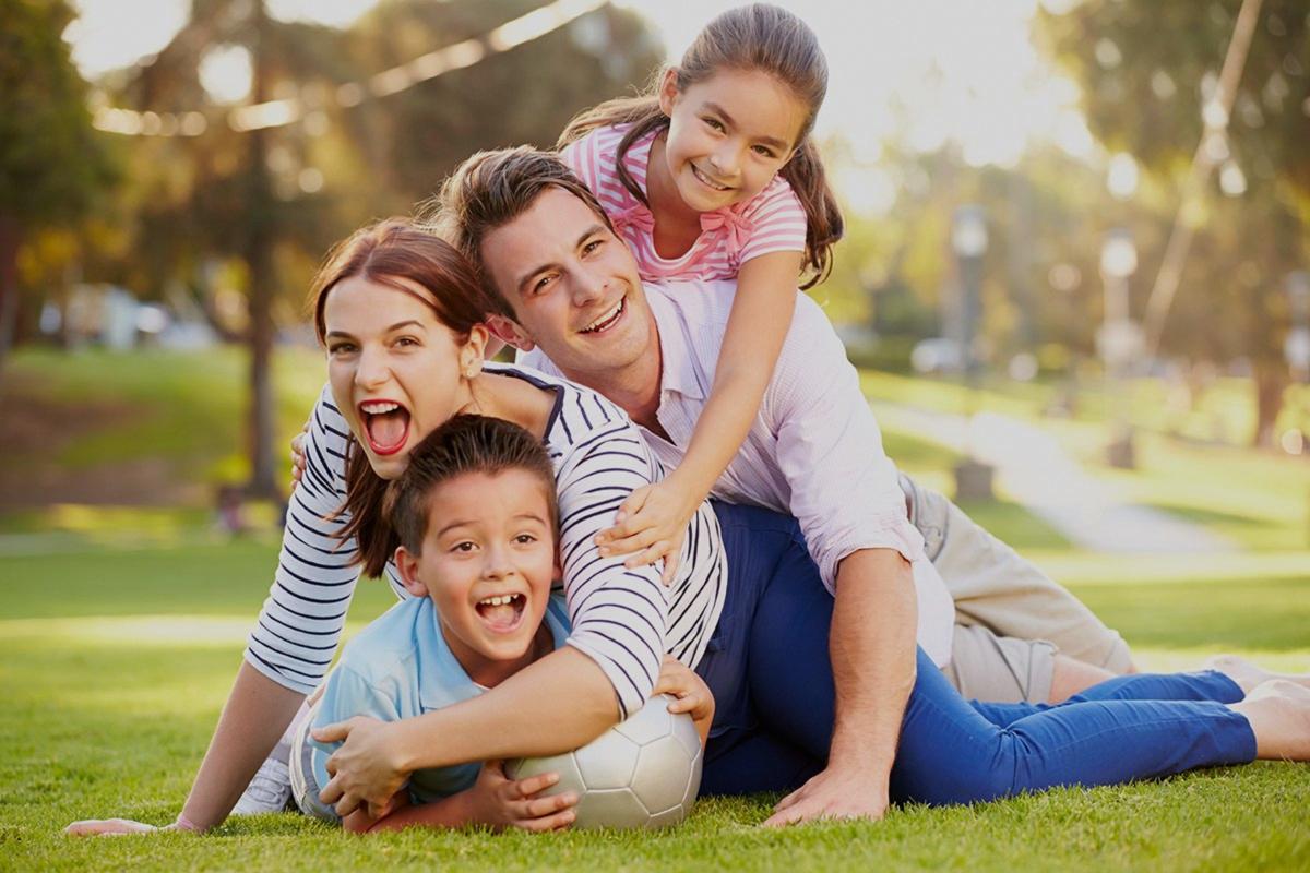 Familia con seguro familiar Adeslas