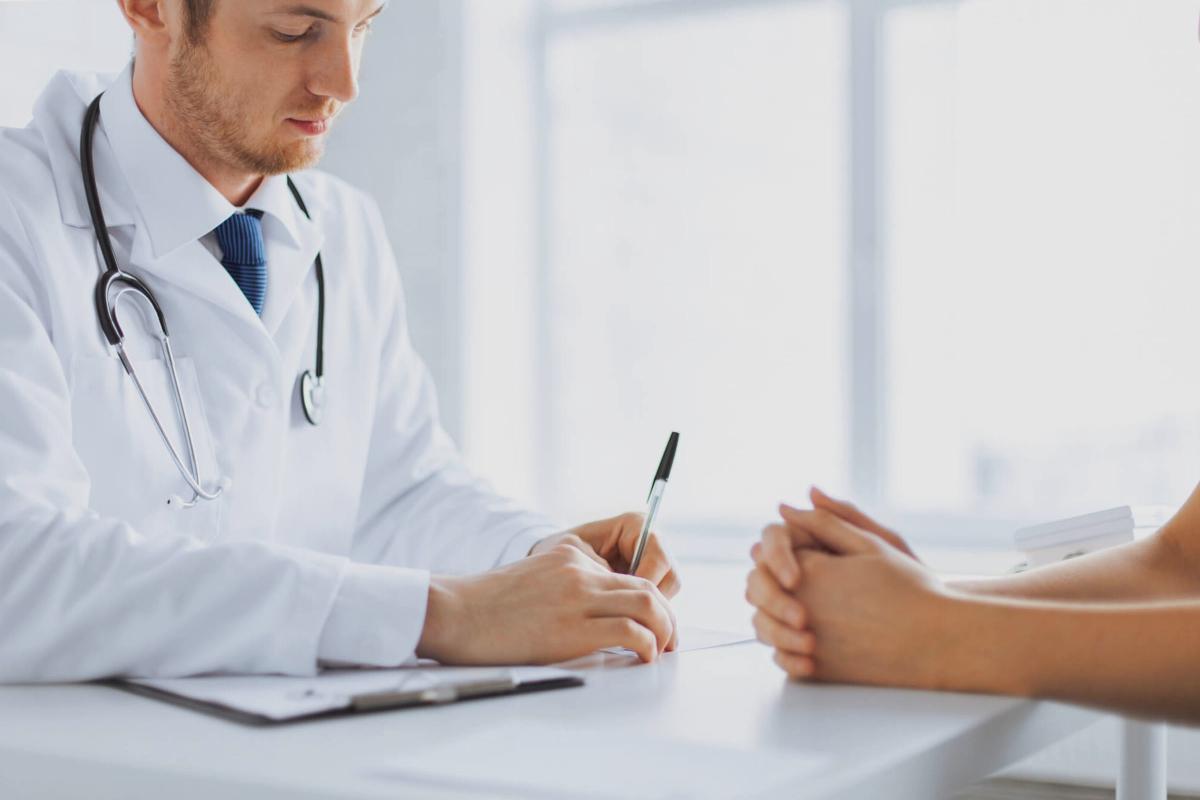 Doctor Adeslas en una consulta con un paciente