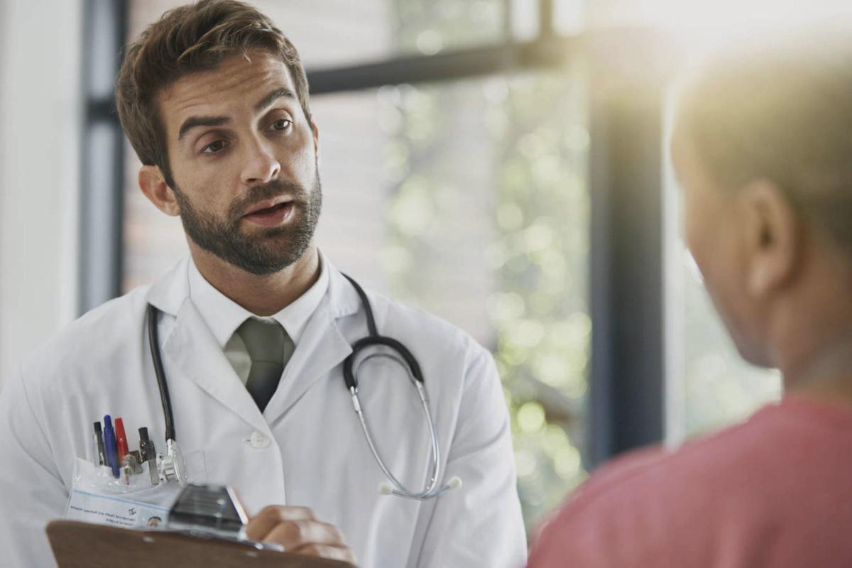 Doctor Adeslas atiende a un paciente