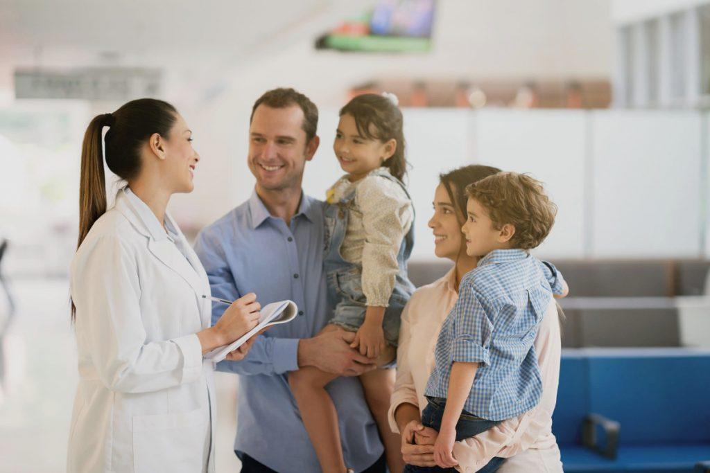 Doctora Adeslas hablando con la familia