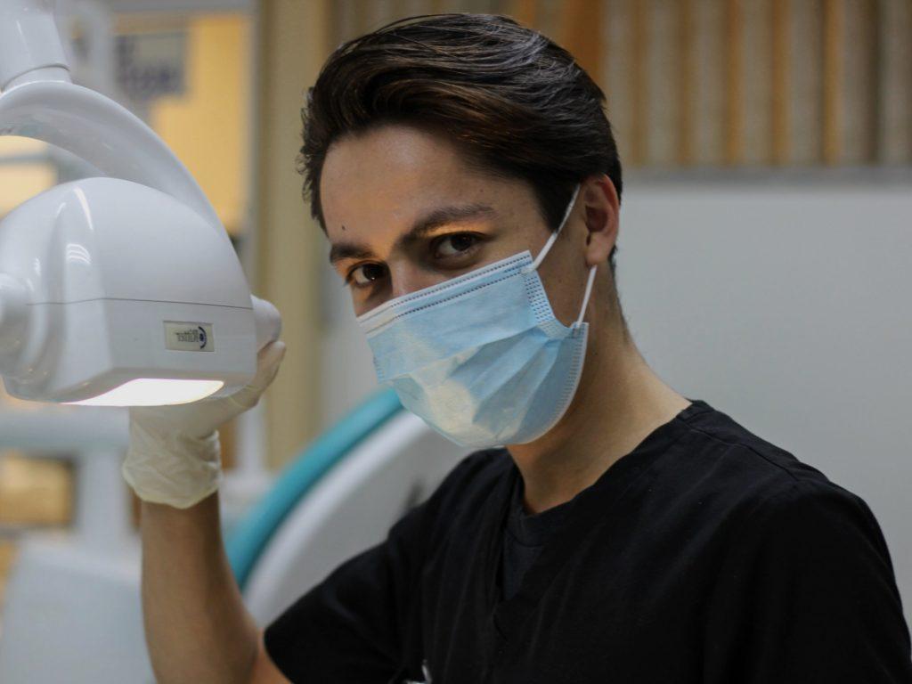 Medico especialista Adeslas con mascarilla