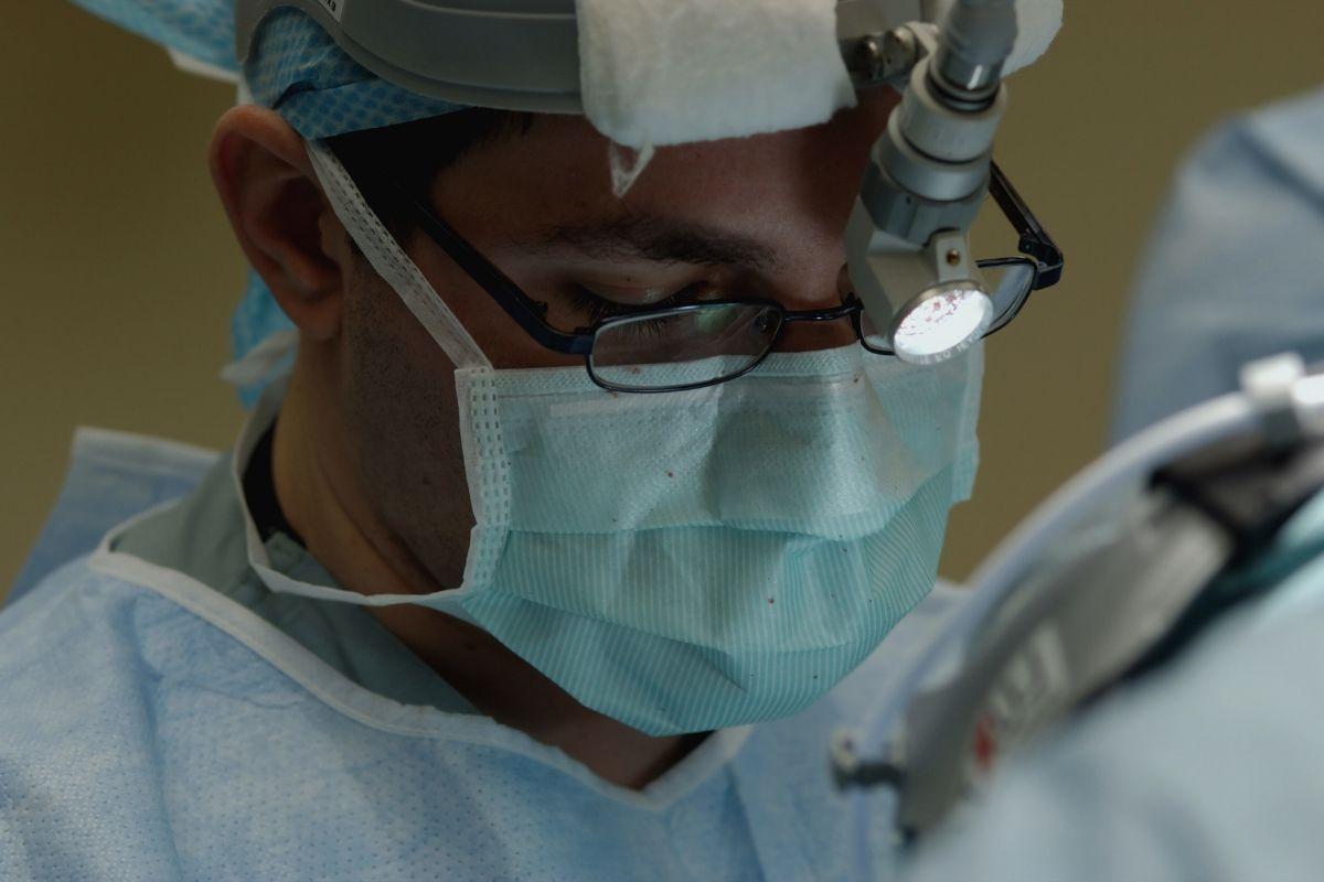 Doctor atendiendo a un paciente que ha pedido una cita Adeslas online